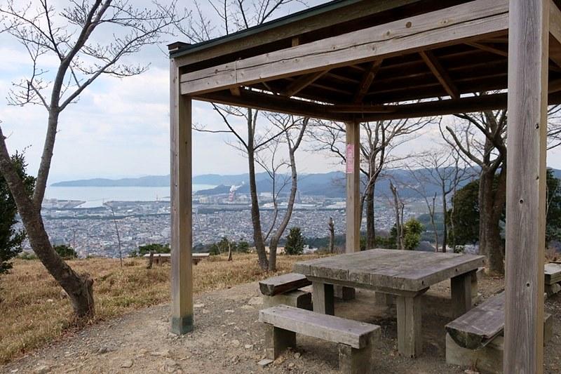 雄鷹台山の頂上にある休憩所