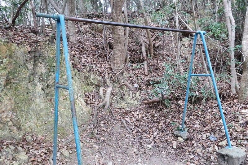雄鷹台山の一合目にある鉄棒