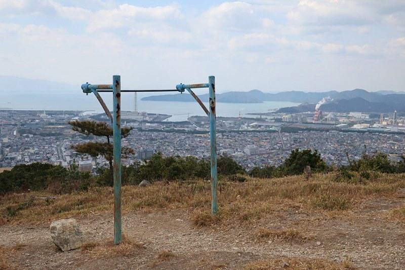 雄鷹台山の頂上にある鉄棒