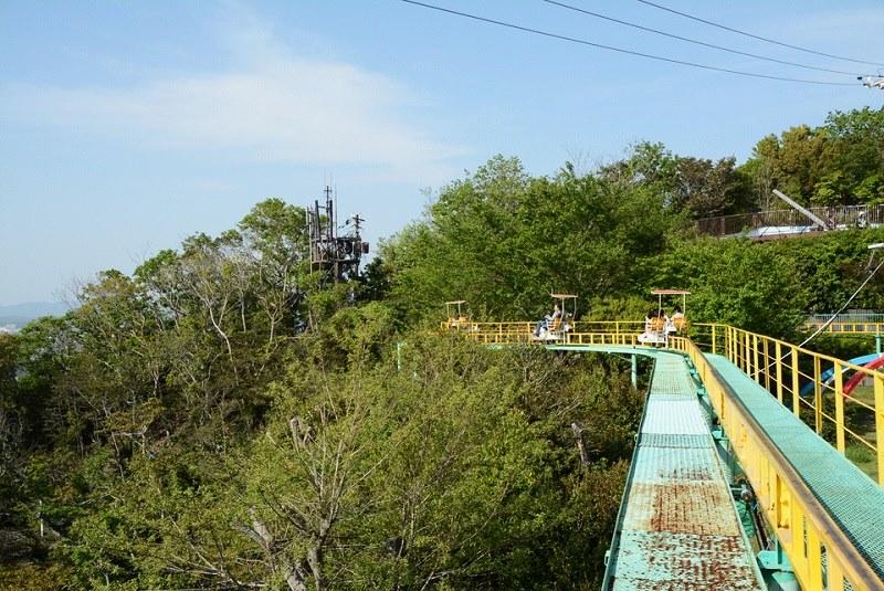 須磨浦山上遊園サイクルモノレールを走っている様子