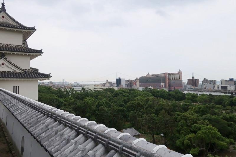 明石城の展望所から見える明石海峡大橋