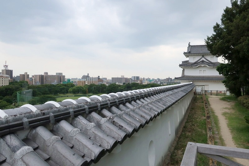 明石城の展望所から見える坤櫓と明石市内