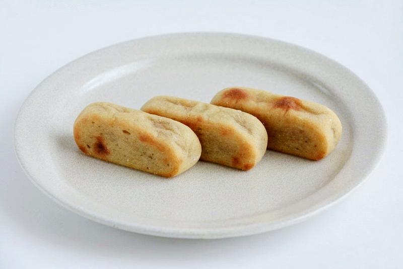 お皿に並べたふくや餅饅頭舗のかんころ餅