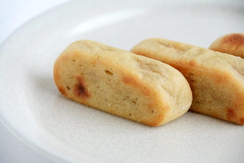 お皿に並べたふくや餅饅頭舗のかんころ餅のアップ写真