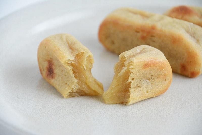 お皿に並べたふくや餅饅頭舗のかんころ餅を割いた写真