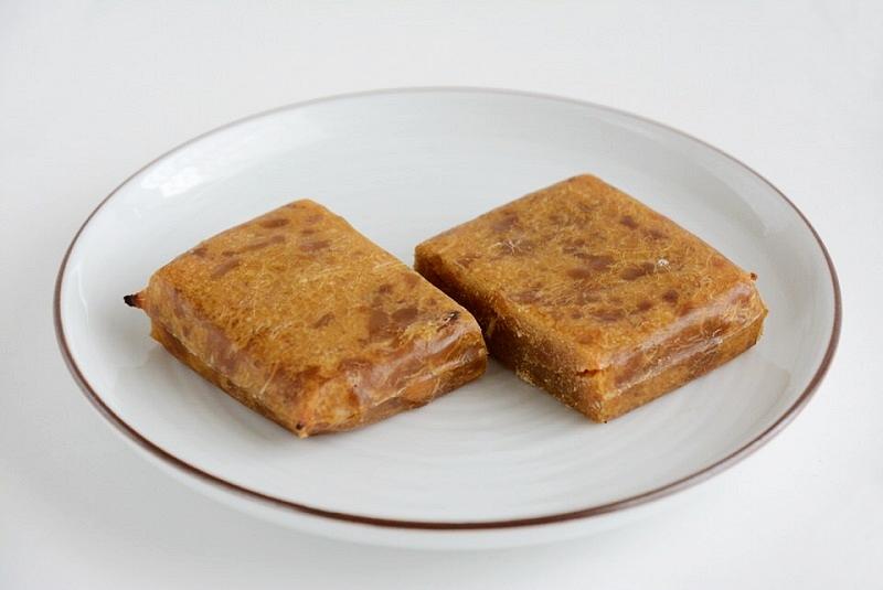 トースターで焼いて2つにカットした春日米のかんころ餅
