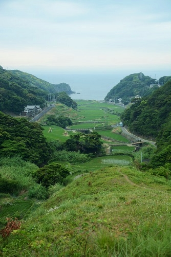丸尾山から見える春日集落棚田と海