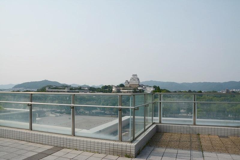 イーグレ姫路の屋上にある欄干ガラスと手すり