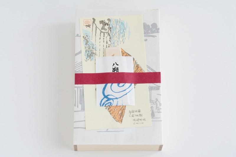 包装紙を開けた朔日餅(8月)八朔粟餅の箱