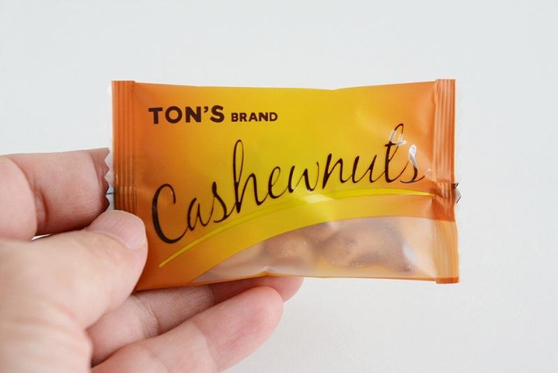 東洋ナッツ焦がしキャラメルナッツ(カシューナッツ)の個包装を持っている様子