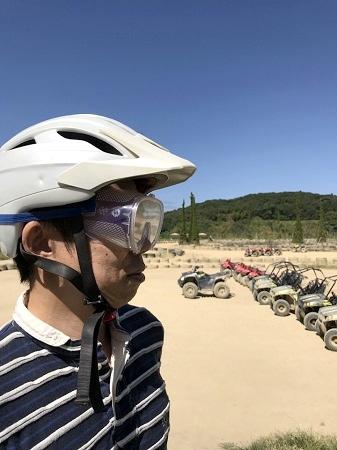 バギー用のヘルメットとゴーグルを装着している様子