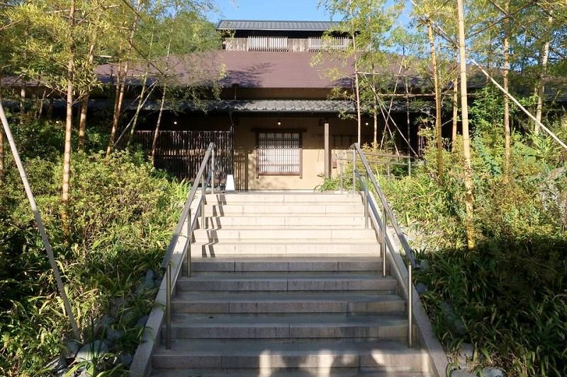 ネスタリゾート神戸「延羽の湯」の建物につながる階段