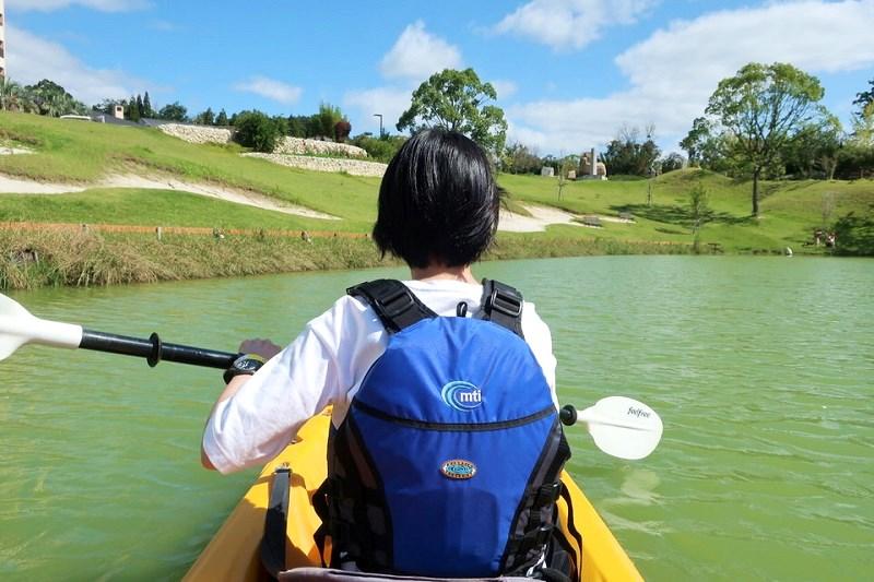 ネスタリゾート神戸の湖でカヌーを漕いでいる様子