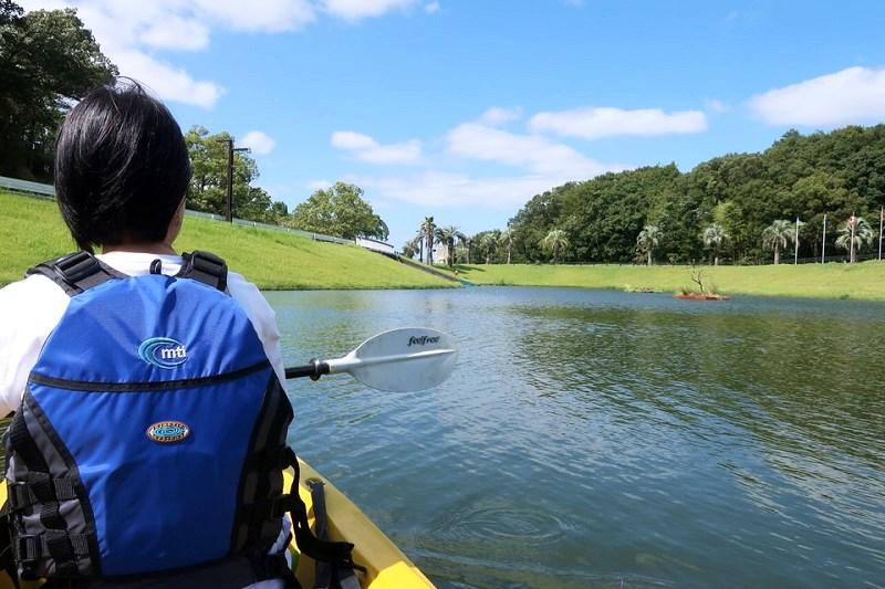 ワイルド・カヌーの第2コースでカヌーを漕いでいる様子