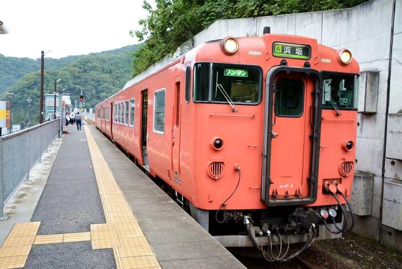 餘部駅に停車している電車