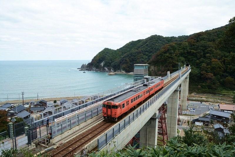 余部鉄橋空の駅の上方にある展望所から見える列車