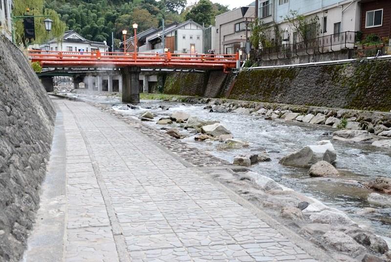 湯村温泉の春来川沿い