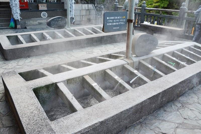 温泉たまごを作れる湯村温泉の荒湯