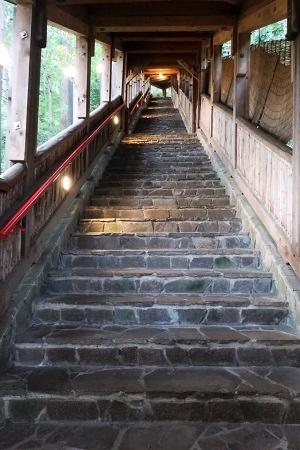 湯村温泉三好屋の露天風呂へ続く階段(93段)