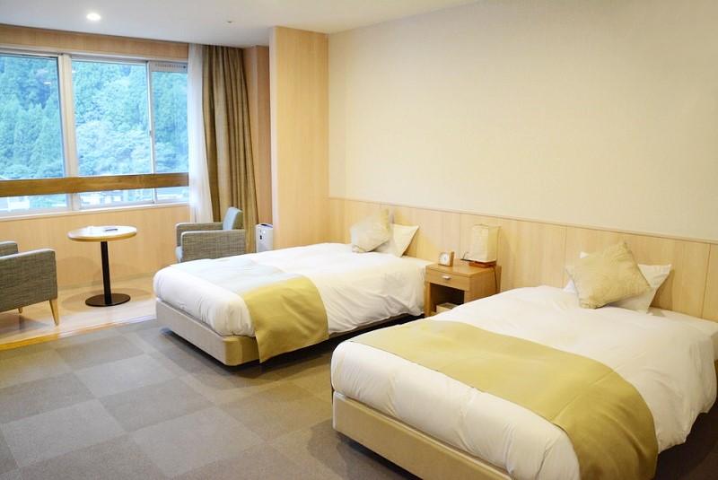 湯村温泉ゆあむの洋室にあるベッド