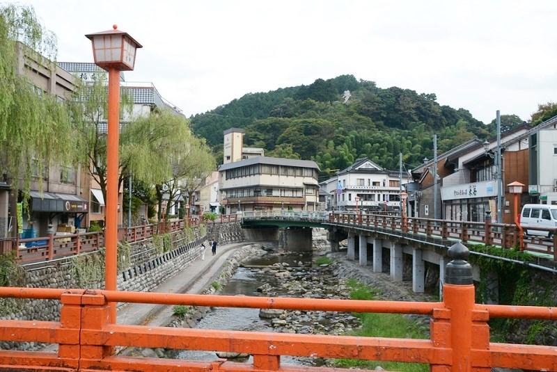 湯村温泉街の街並みと赤い橋