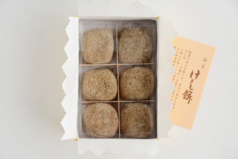 小島屋泰芳「けし餅」の箱を開封した様子