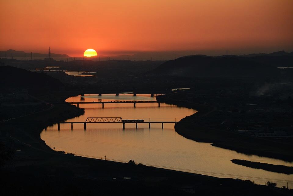 正法寺展望台から見える夕日と列車