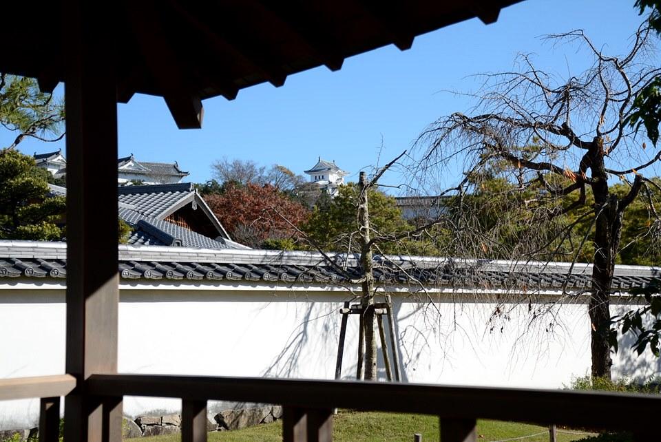 好古園・流れの平庭の四阿と姫路城