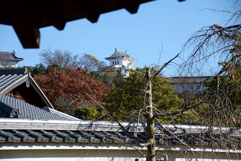 好古園・流れの平庭のあずまやから見える姫路城(ズーム)