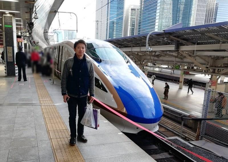 新幹線の前に立つ男性
