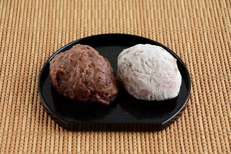 皿にのせた冷凍前と解凍後のサザエ食品の十勝おはぎ(粒あん)