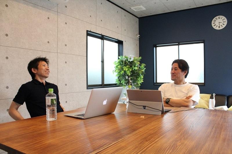 ヨッピーさんと嶋田コータローがお土産トークしている様子