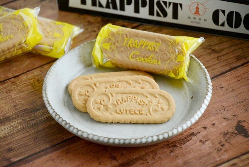 皿にのせたトラピストクッキー